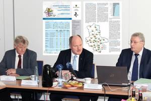 Pressekonferenz zur Vorstellung des GRUNDSTÜCKSMARKTBERICHTES Sachsen-Anhalt 2019, das Foto zeigt v.l.n.r. den Präsidenten des LVermGeo, Jörg Spanier, Minister Thomas Webel und Andreas Schöndube (Vorsitzender des Gutachterausschusses)