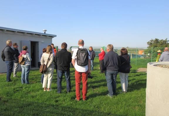 Besucher an der Bodenstation Hohenerxleben